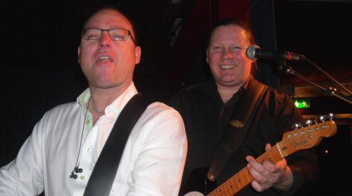 Jonas och Jörgen spelar gitarr