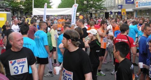Trötta men glada löpare efter målgången