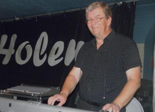 Roger spelar klaviatur