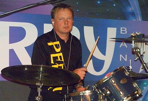 Hans Johansson spelar trummor