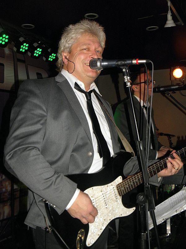 Conny spelar gitarr