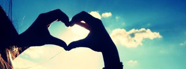 Hjärtformade händer  mot himlen