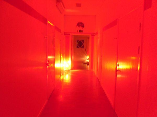 Den häftiga ljussatta korridoren