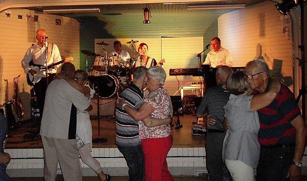 Dansen i full gång till Rose Maries