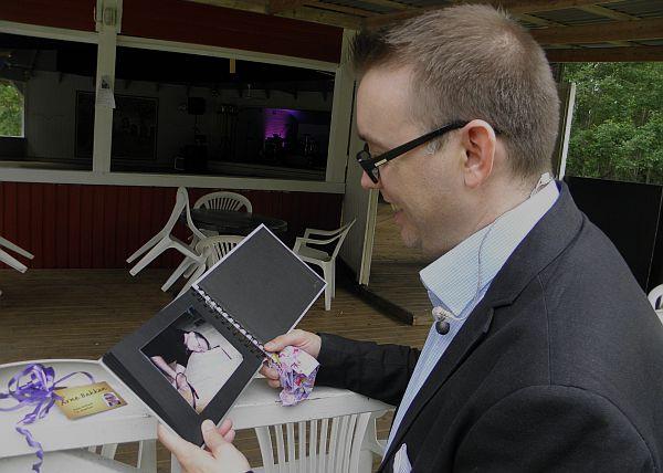 Arne kikar på bilder