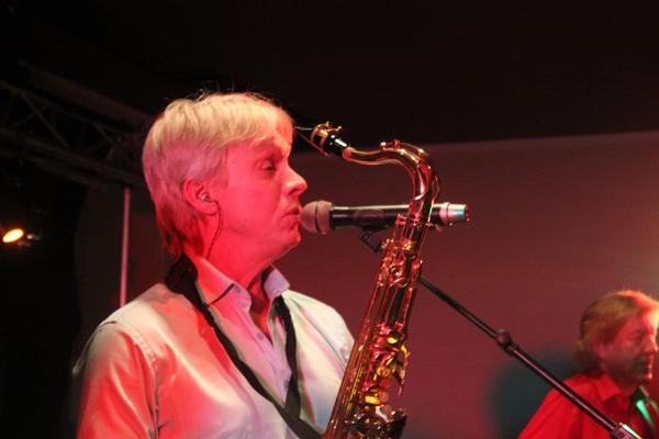 Roger sjunger smäktande tongångar