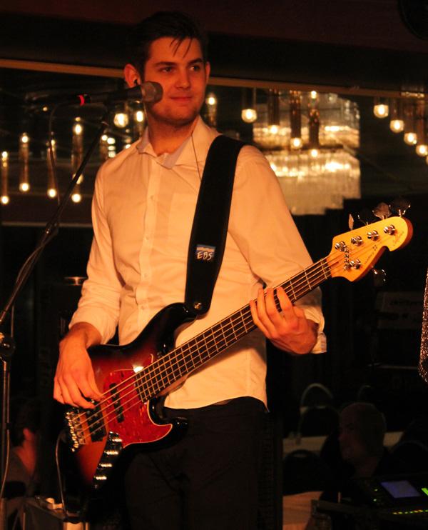 Anton med sin bas
