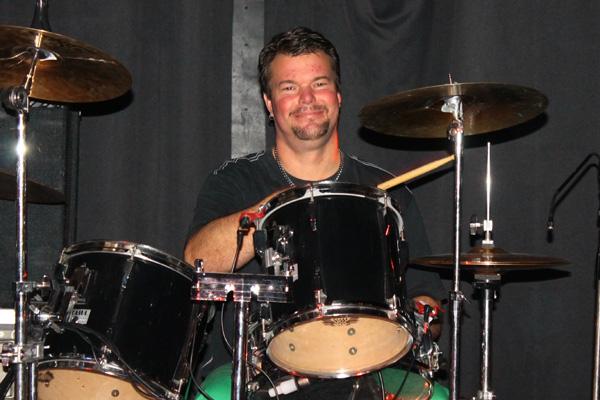 Så här glad blir man när man spelar trummor i Cliptons