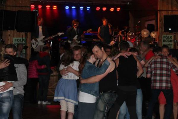Midsommardans i Segmons Folkets Park