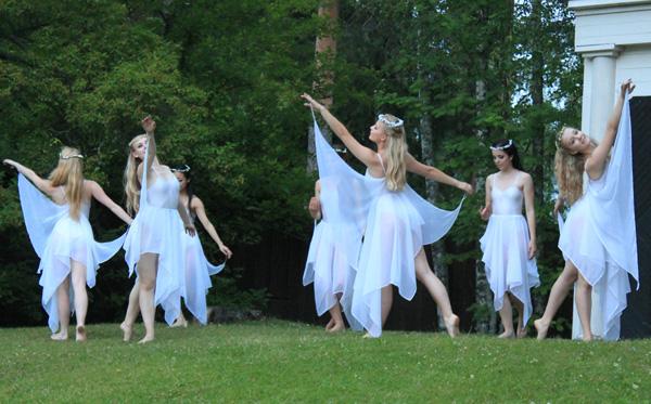 Gundega Baletten underhöll mellan akterna i Gropa