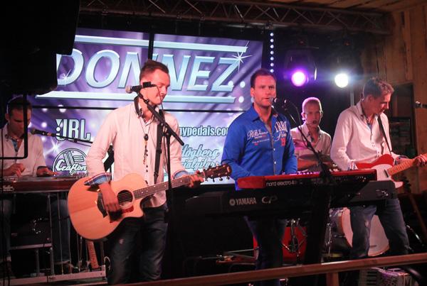 Hela bandet Donnez in action