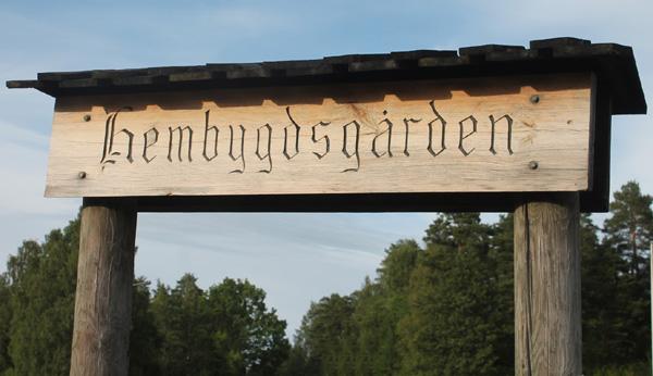 Den gamla träskylten Hembygdsgården