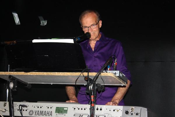 Lennart med sina klaviaturer