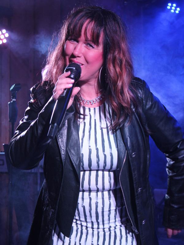 Agneta sjunger