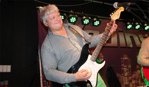 Conny med gitarren