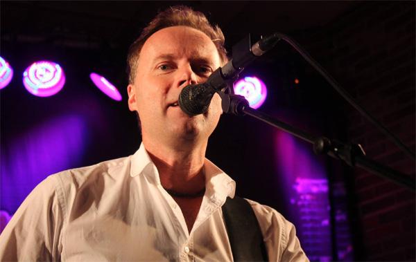 Mikael Eriksson på sång och gitarr