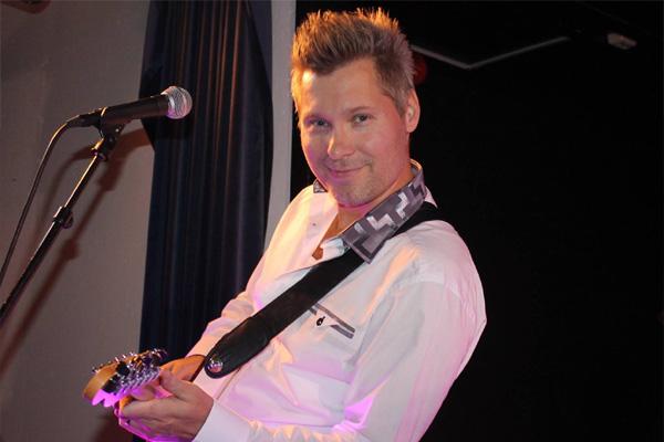 Henrik Göransson lirar gitarr