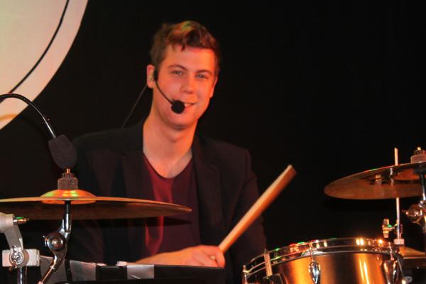 Robert bakom trummorna
