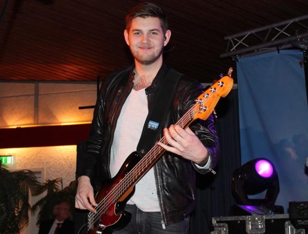Simon med sin bas