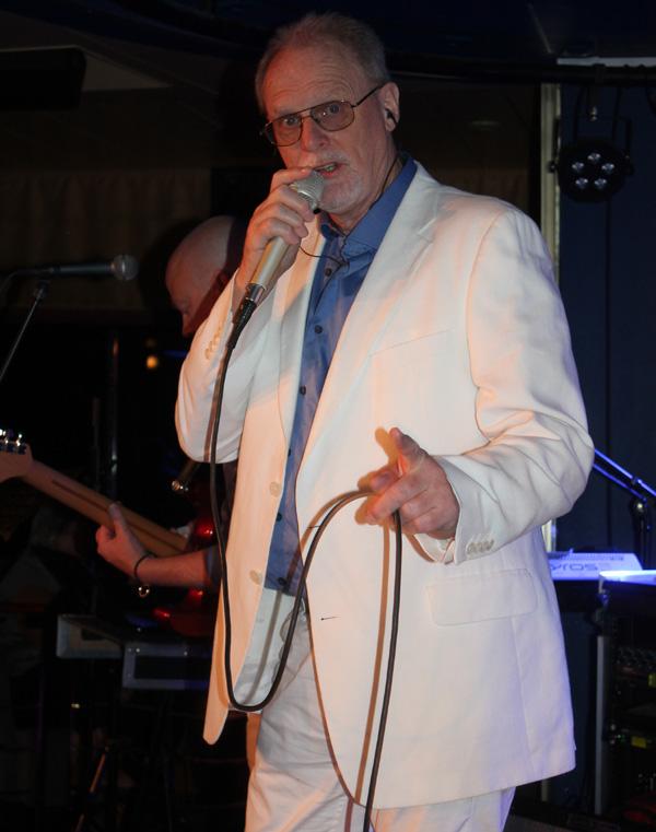 Kjell Malmborg sjunger i Bengt Hennings