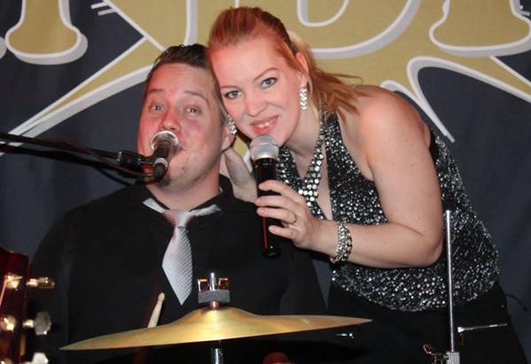 Simon och Kessy sjunger duett