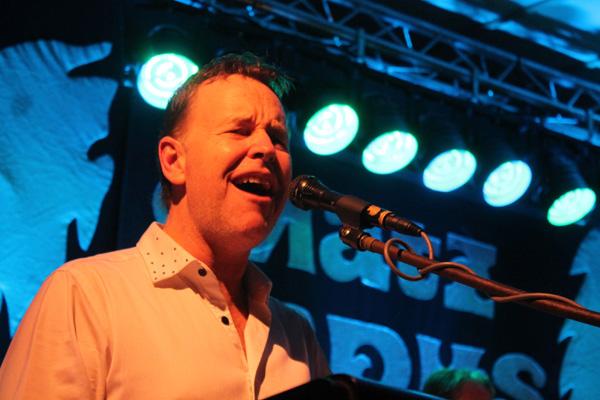 Niclas Olén sjunger
