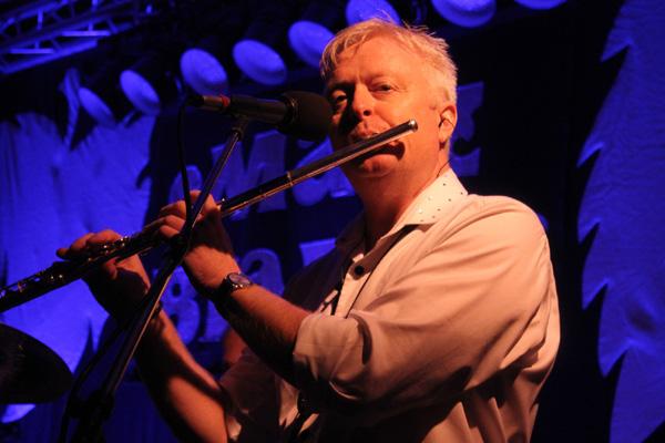 Håkan spelar flöjt